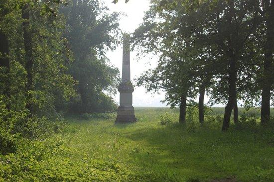 Schlosshotel Ruehstaedt: öffentlicher Park mit Obelisk