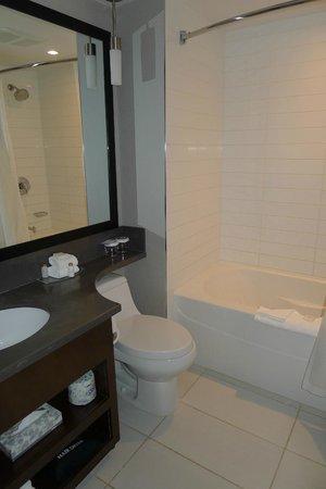 Sandman Signature Edmonton South Hotel : Bathroom