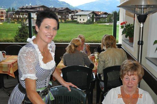 Der Dorfstadl: Aangename bediening op het terras bij mooi weer én een uitzicht.