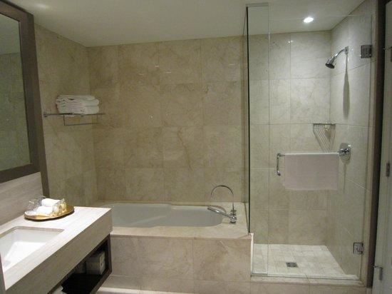 L'Hermitage Hotel: Bathroom
