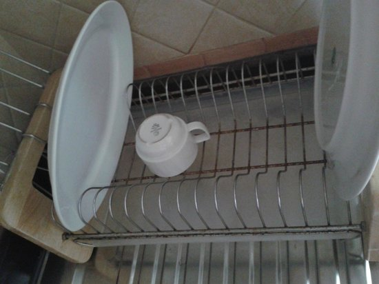 Bavaria City Suites Al Qusais: again, the rusty dishdryer