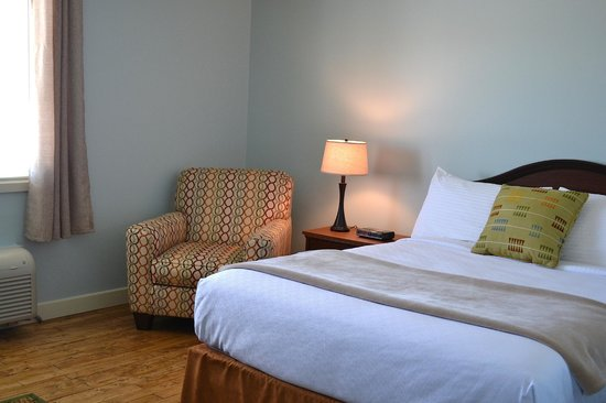 Anchor Inn Hotel: Room with a queen bed and an ocean view