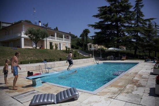 B&B N.1: zwembad met villa op de achtergrond
