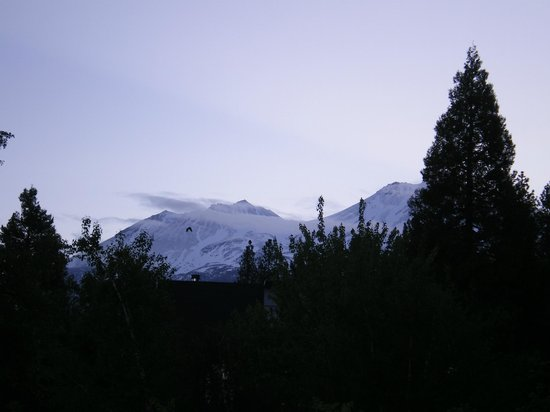 Shasta MountInn Retreat & Spa: View of Mount Shasta in the evening after a rainy day