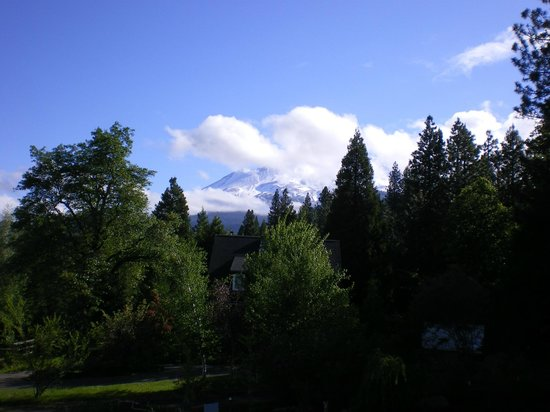 Shasta MountInn Retreat & Spa: View of Mt Shasta in the morning