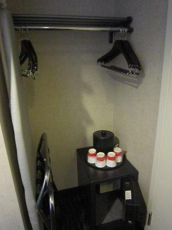 Ramada Plaza West Hollywood Hotel & Suites: Storage space, Safety Box