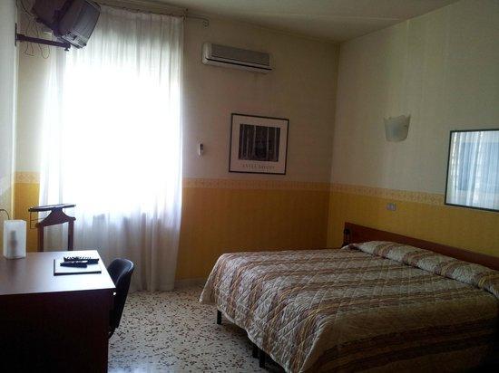 Hotel Frejus: Camera Gialla