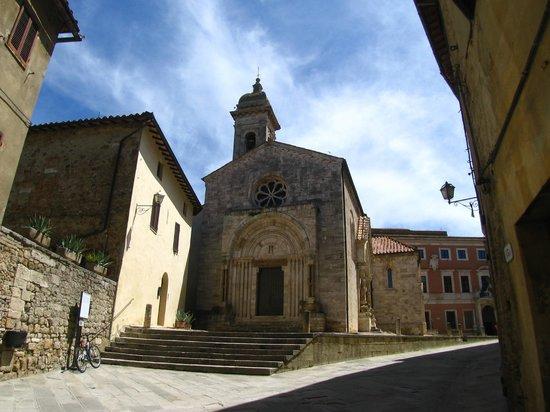 La Collegiata di San Quirico : entrando nel borgo