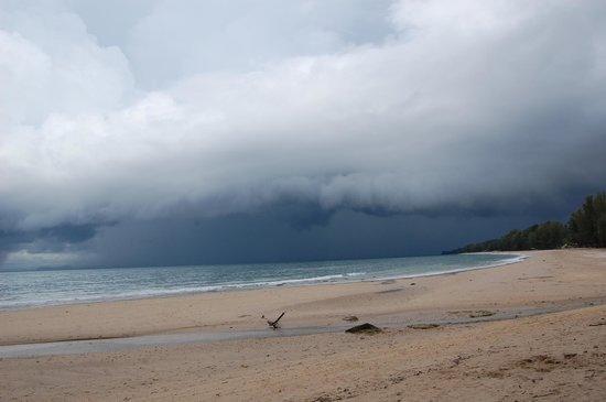 Lanta Castaway Beach Resort: The rain is coming