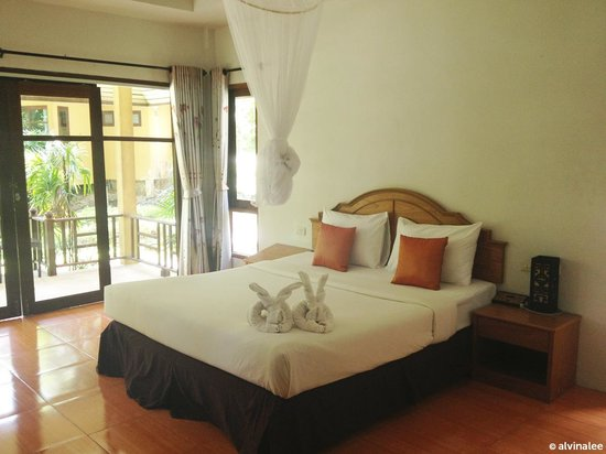 Tonsai Bay Resort: Spacious and clean. With folded towels resembling rabbits :)