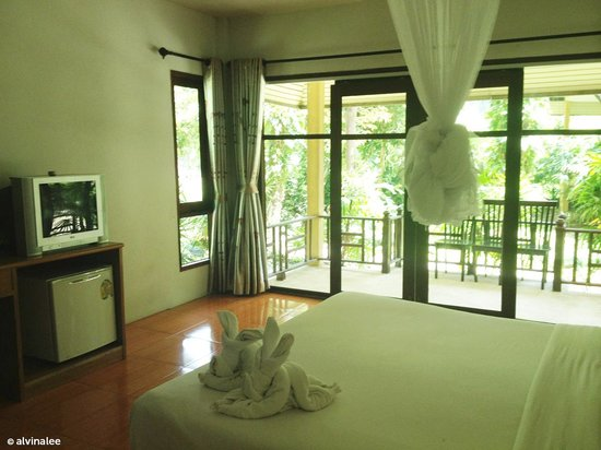 ต้นไทร เบย์ รีสอร์ท: We booked the Deluxe room that comes with a private patio.