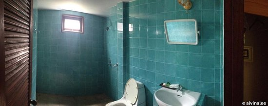 Tonsai Bay Resort: Clean and spacious bathroom.