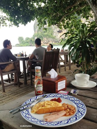 Tonsai Bay Resort: Breakfast that comes with a view (: