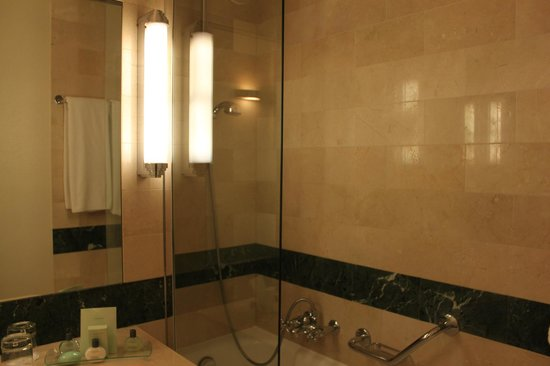 Warwick Geneva: bath