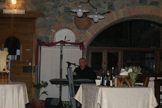 Locanda Le Macine Del Confluente: chanteur italien pendant le repas