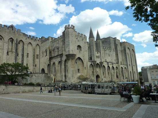 ‪Pope's Palace (Palais des Papes)‬