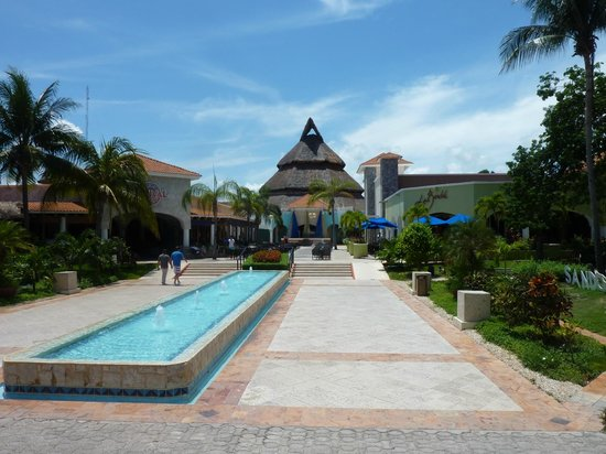 Sandos Playacar Beach Resort: acces bar et self