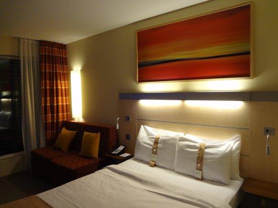 Holiday Inn Express Zurich Airport : Bedroom