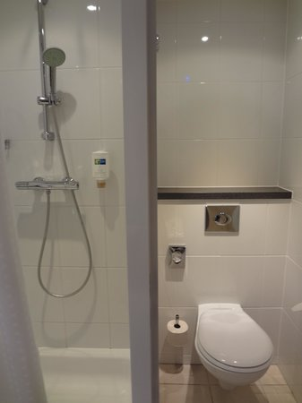 Holiday Inn Express Zurich Airport : Bathroom
