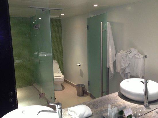 Sunset Marquis: bathroom