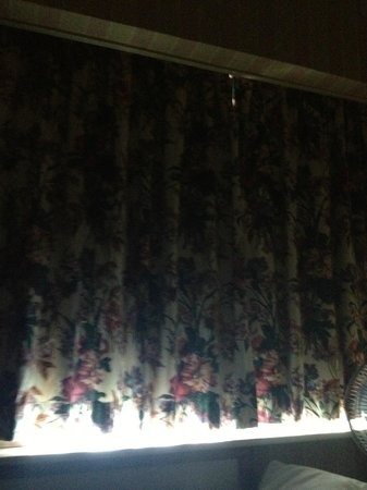 Westone Manor Hotel: ill-fitting blackout curtains