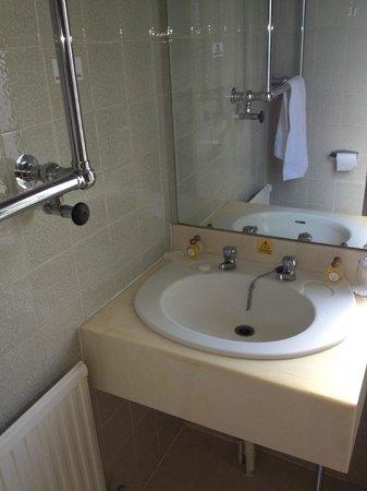 Westone Manor Hotel: towel rail in way of sink