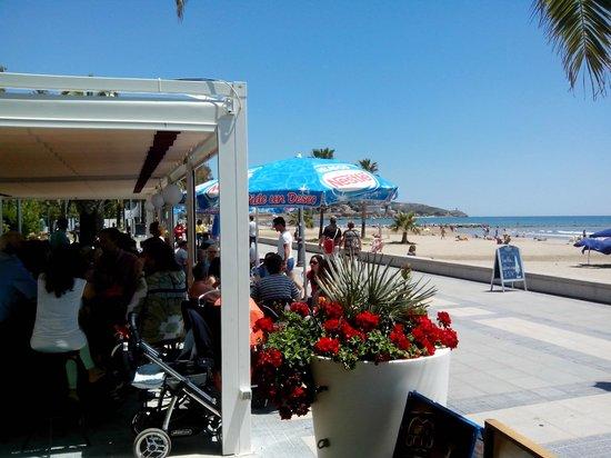 Jotas Vistamar: Vista de la playa delante del restaurante