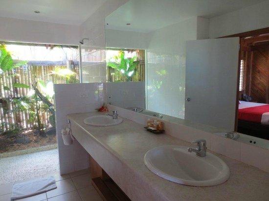 Wananavu Beach Resort: Double sinks next to shower