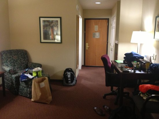 Wingate by Wyndham Allentown: spacious room with sitting area