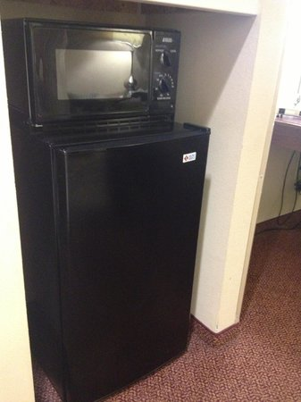 Wingate by Wyndham Allentown: Microwave and refridgerator