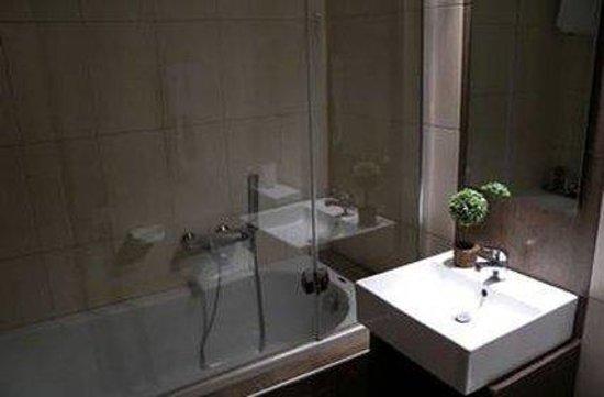 Kipseli Hotel: Bath Room