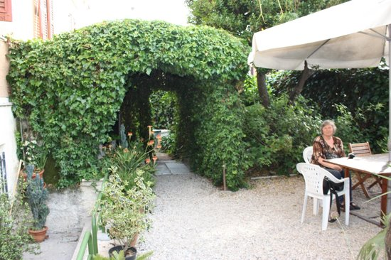 Hotel Lodi: Beautiful garden