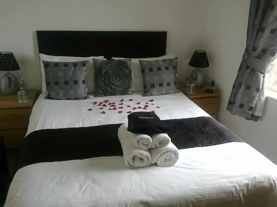 The Carlton Apartments: Bedroom
