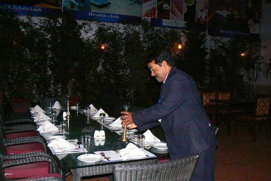 Hotel Sandesh The Prince: Repas près de la piscine