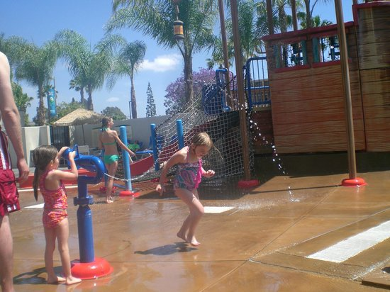 Howard Johnson Anaheim Hotel and Water Playground: Waterplay area was so much fun!