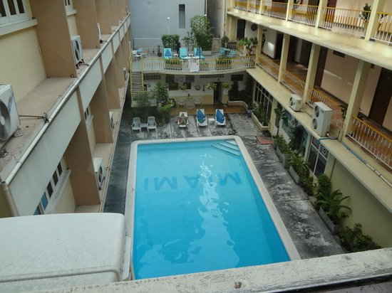 Miami Hotel: 部屋からプール