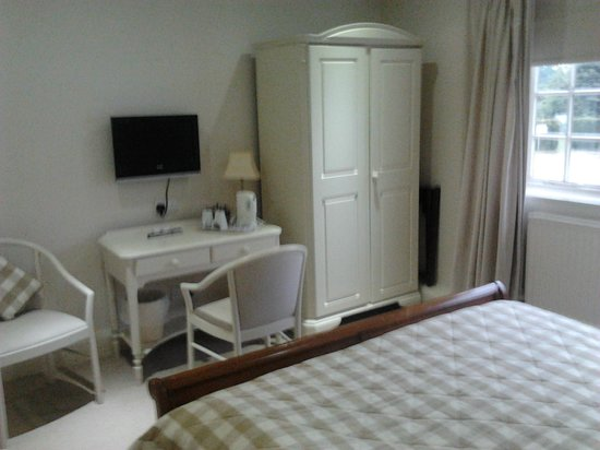 Statham Lodge Country House Hotel: Desk and cupboard