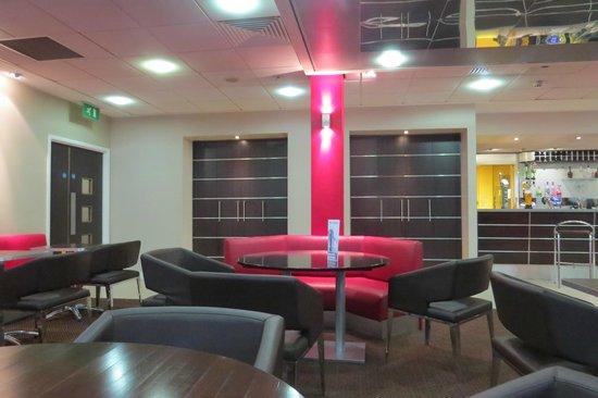International Hotel Telford: Lounge/Bar & breakfast area