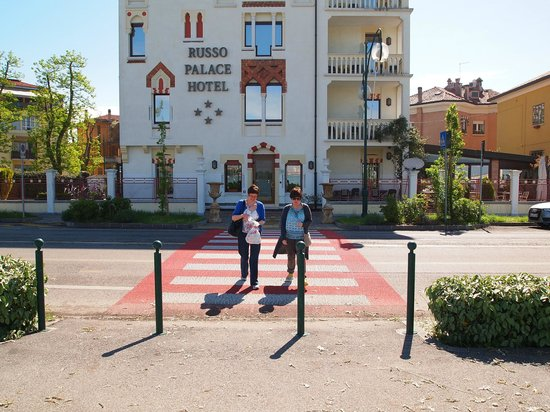 Russo Palace Hotel: Crossing the road from the hotel