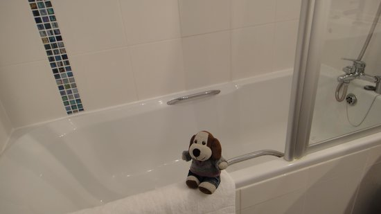 Monkbridge Court Holiday Apartments: It's always nice to have your own tub.
