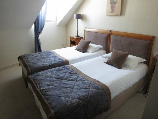 Hotel de la Paix: Twin bedroom. Watch your head!