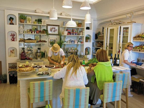 Casa e Bottega: Back part of the restaurant with food bar