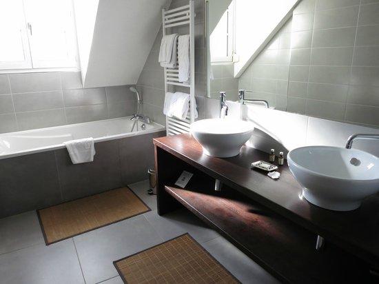 Hotel de la Paix: Master bathroom (has no door!)