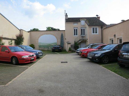 Hotel de la Paix: Parking area for hotel guests