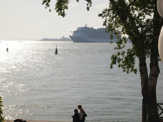 Russo Palace Hotel: Cruise liners passing by