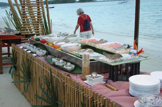The Island Resort and Spa: le repas du soir sur la plage