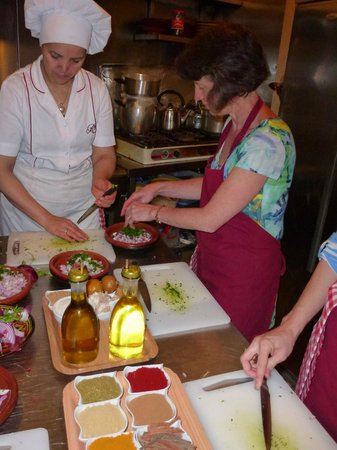 Le Riad Monceau: Cookery course in the kitchen