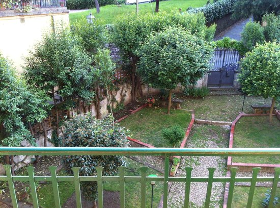 Michelangelo Guesthouse: Gardens below the guesthouse