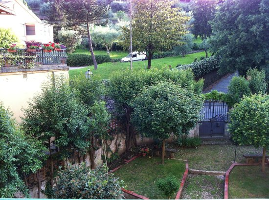 Michelangelo Guesthouse: Gardens and small street behind the hotel that leads to San Miniato al Monte