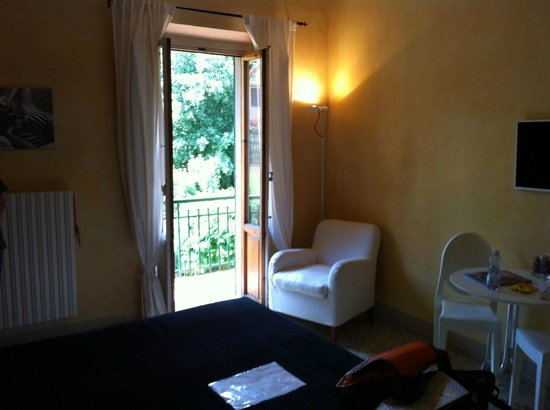 Michelangelo Guesthouse: Large room with walk out balcony with chairs, lovely garden views